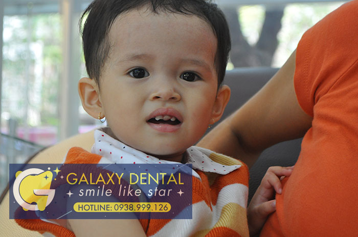 https://bacsynhakhoa.vn/img/galaxy-dental-tre-em-bi-nga-gay-rang%2002.jpg